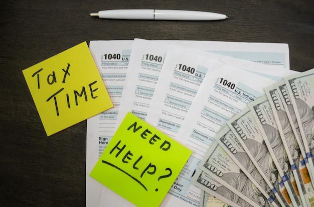 Налоговая форма 1040 с долларами и ручкой