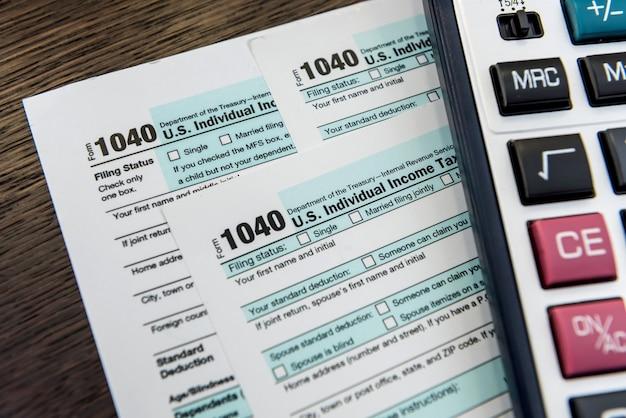 電卓とペンで納税申告書。財務会計。事務処理