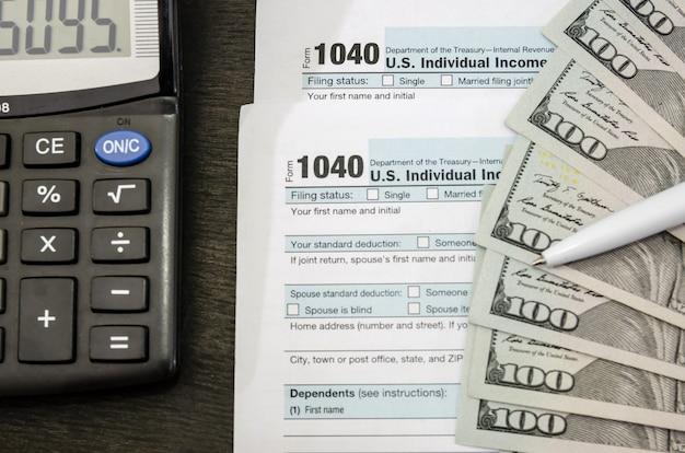 Налоговые формы с долларами и калькулятором