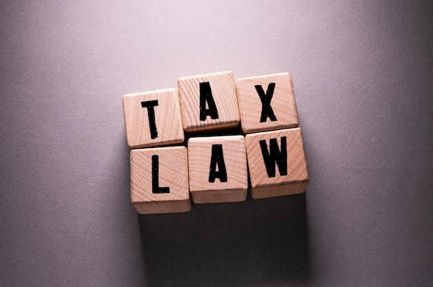 木製の立方体に書かれた税法の言葉