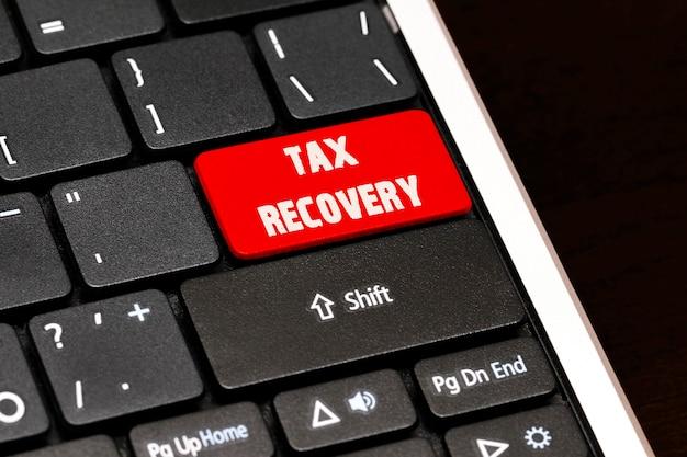 黒のキーボードの赤のenterボタンでの税金の回収。
