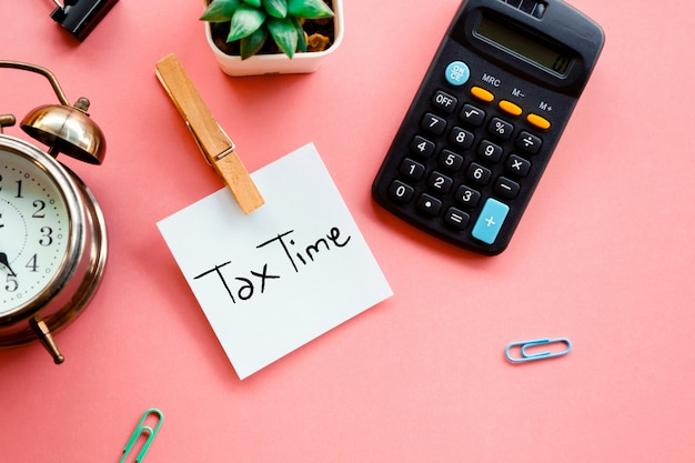 付箋、机の上の電卓の税の時間単語
