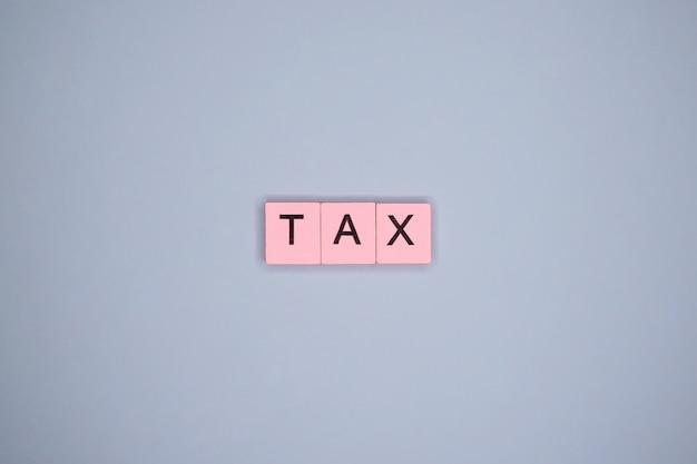 Налоговое слово на синем столе