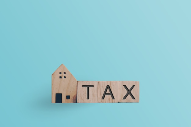 木製の立方体の税の言葉。ビジネス金融ローンのプロパティの概念。