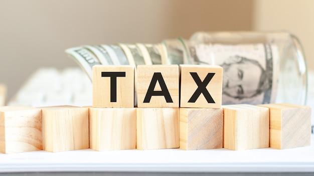나무 블록에 쓰여진 세금 단어