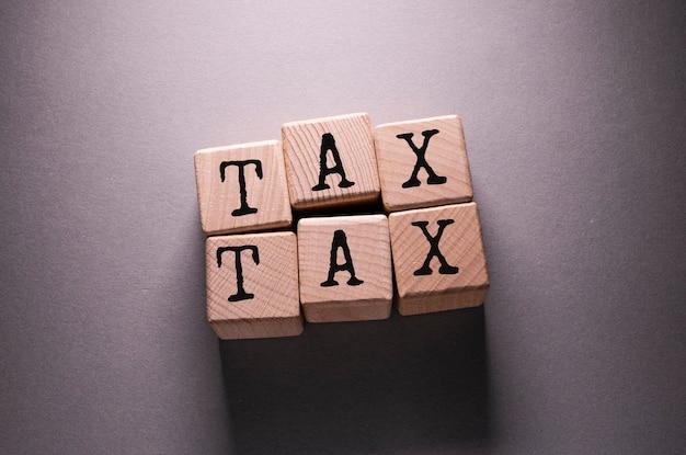 木製の立方体に書かれた税の言葉