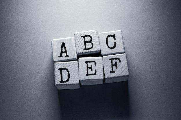 나무 큐브에 쓰여진 세금 단어