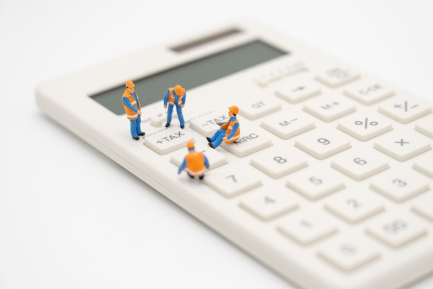 ミニチュアの人々電卓で年間のキューの年収(tax)。