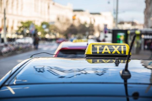 通りのどこかで乗客を待っているタクシーカーキャブ。