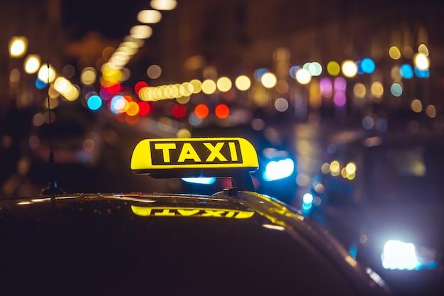 ボケ味のライトの上のタクシー車