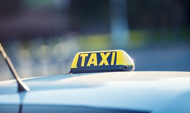 Такси автомобиль ожидает пассажиров в городе такси свет на кабине автомобиля, готового к перевозке людей