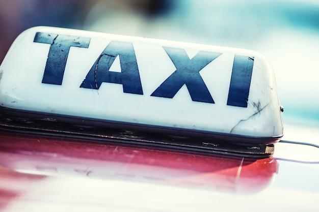 Фонарь такси на кабине автомобиля, готового к перевозке пассажиров