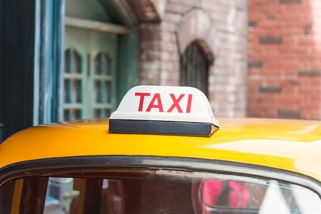 옥상 차에 택시 사인 무료 사진