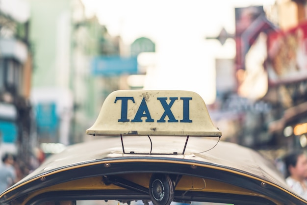 Знак такси на вершине тук-тук