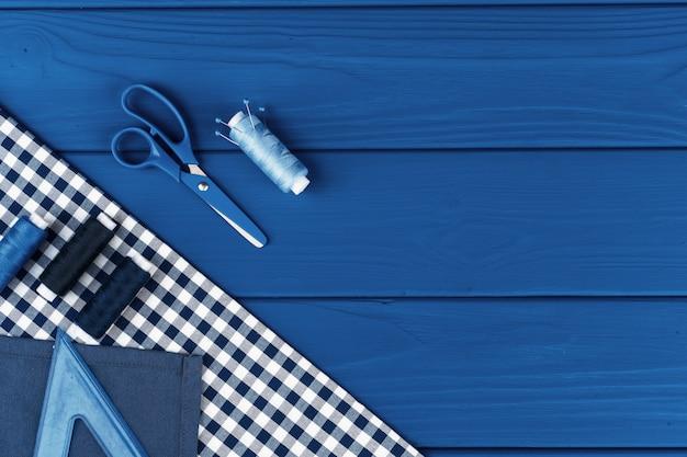 Аксессуары tayloring на классической синей поверхности