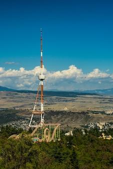 Городской пейзаж тбилиси с вершины горы мтацминда, проездной