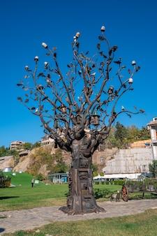 ジョージア州トビリシ-2020年10月24日トビリシのヨーロッパ広場、金属の木の芸術作品、旅行。
