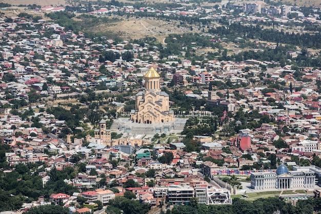 트빌리시, 조지아, 2017년 7월 18일: 일반적으로 sameba로 알려진 트빌리시의 삼위일체 대성당이 있는 공중 스카이라인은 트빌리시에 위치한 그루지야 정교회의 주요 대성당입니다.