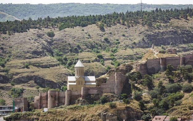 2017년 7월 18일 조지아 트빌리시: 나리칼라는 트빌리시와 쿠라 강이 내려다보이는 고대 요새입니다. 요새는 유황 목욕과 식물원 사이의 가파른 언덕에 두 개의 벽으로 둘러싸인 부분으로 구성되어 있습니다.