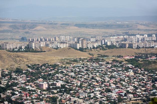 2017년 7월 18일 조지아 트빌리시: 화창한 날 트빌리시 공중 스카이라인. 조지아 국가의 수도 트빌리시의 전경.