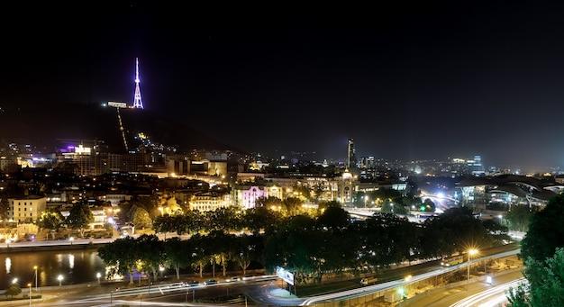 트빌리시, 조지아, 2017년 7월 18일: mtatsminda 산의 트빌리시 tv 타워. 조지아 국가의 수도 트빌리시의 야경.