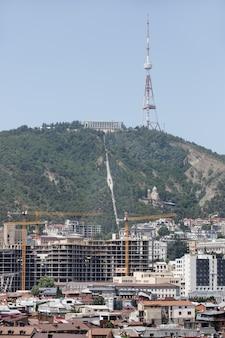 트빌리시, 조지아, 2017년 7월 18일: mtatsminda 산의 트빌리시 tv 타워