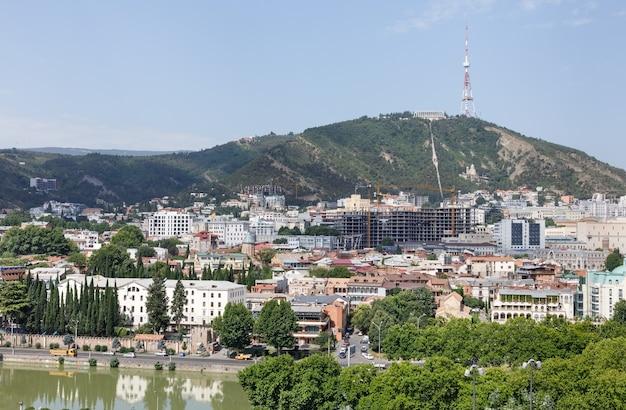 트빌리시, 조지아, 2017년 7월 18일: 조지아 국가의 수도인 트빌리시의 전망, mtatsminda 산의 트빌리시 tv 타워