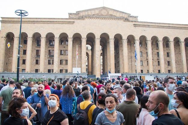 Тбилиси, грузия - 11 июля 2021 г .: манифестация была организована в связи со смертью журналиста, избитого во время прайда в тбилиси.