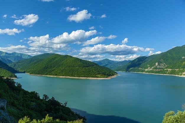 산속의 트빌리시 저수지. 산에 있는 저수지.