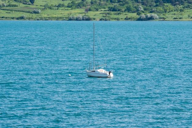 トビリシの海と収縮した帆のあるボート