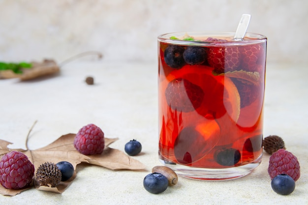 Te with lemon, berry and peppermint
