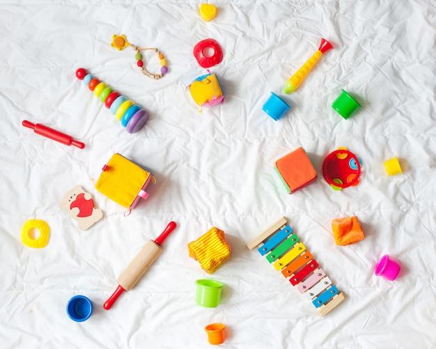 Дети яркие красочные игрушки кадра на белом фоне. вид сверху. квартира лежала. скопируйте место для te