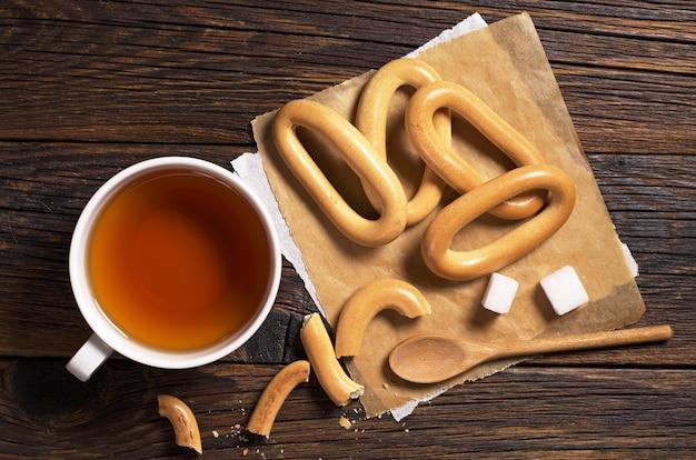 Чай и рогалики на деревянном столе, вид сверху
