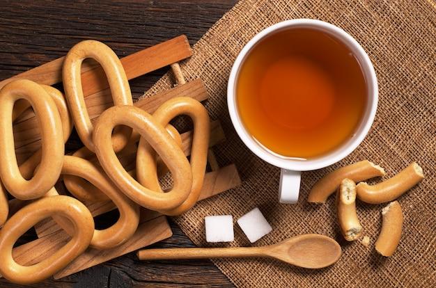 Чай и бублики на деревянном столе крупным планом