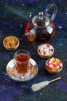 青い表面にお茶とキャンディー