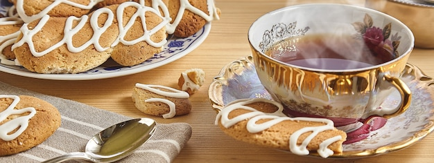 お茶とクッキー、コピースペース付きのバナー画像