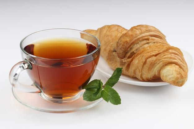 Чай и круассан на белом