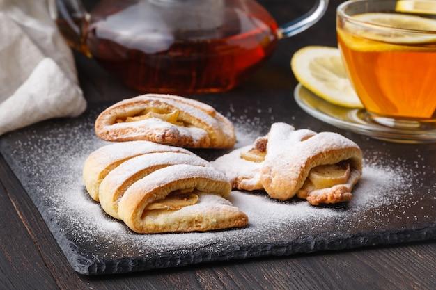 お茶と砂糖を添えて焼きたてのカッテージチーズアップルクッキー