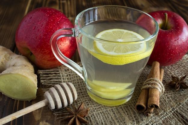 茶色の木製の背景にお茶と果物
