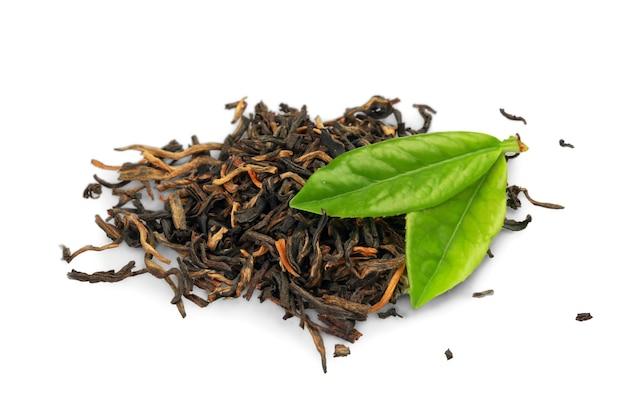 Чай и листья, изолированные на белом фоне