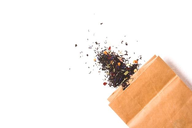 Чай и бумажный пакет на белом фоне копией пространства
