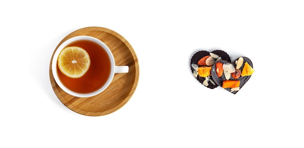 白い背景の上のお茶と生チョコレート