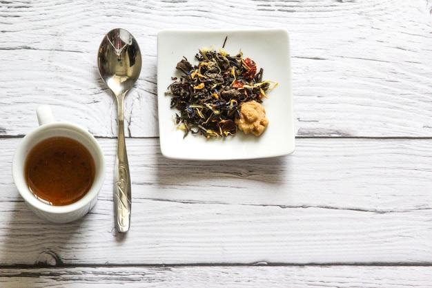 아침 식사를 위한 차와 설탕 나무 아침 식사 copyspace에 뜨거운 차 한 잔