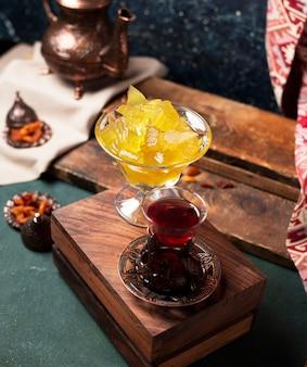 お茶と木製の背景を持つスイカジャム