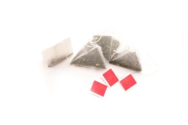 白い背景で隔離のティーバッグとピラミッド