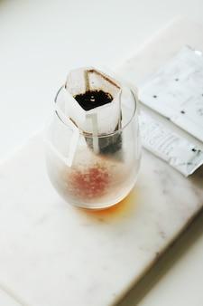 透明なガラスのコップのティーバッグ