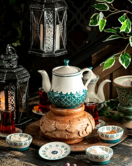 ティーポットとトルコの歓喜のトレイ上の紅茶紅茶