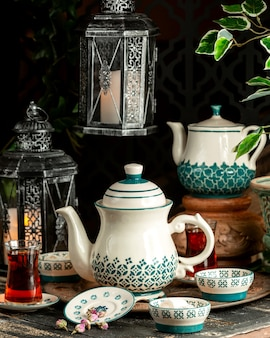 ターキッシュデライトドライフラワーとトレイ上のティーポットと紅茶紅茶