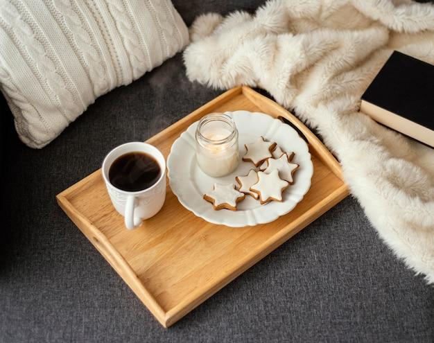 Tè e libro per rilassarsi
