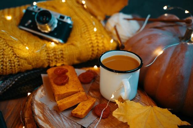 お茶、にんじんケーキ、紅葉、ニット、ビンテージカメラ、花輪のライト